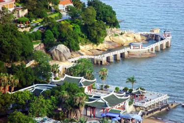 左侧港仔后海滨浴场,沙清水净,可容数千人游泳.